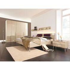 """Das Schlafzimmer """"Metis Plus"""" aus dem Hause HÜLSTA wird Ihnen auf Anhieb gefallen. In dem Set sind ein Bett, ein Kleiderschrank sowie 2 Nachtkästchen enthalten.Der Preis versteht sich dabei ohne Beleuchtung und ohne Wandboard.Alle Möbel präsentieren sich in einem edlen Designin ansprechender Sandfarbe und erzeugen dadurch ein modernes Ambiente in Ihrem Schlafzimmer. Die elegante Optik wird dabei durch die Füße der Möbel in Silberfarben stilvoll abgerundet. Im Bett mit großzügiger…"""