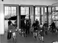 Fietsers bij de ingang van de Maastunnel, aan de zijde van de Parkkade, 23 maart 1967.