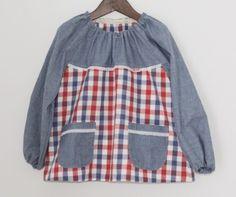 サイズ110のお子様用スモックです。お絵かきやお食事の時などに。袖とポケットと前身頃の上は紺色の綿麻ダンガリー 前見頃の下と後見頃はトリコロールチェックです。...|ハンドメイド、手作り、手仕事品の通販・販売・購入ならCreema。
