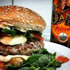 Hambúrguer do 67 Home Burger  Pão com gergelim + 150g de carne + salada + queijo gruyere + molho especial