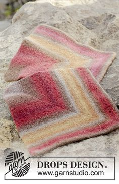 Felted seating pad, worked as domino square in DROPS Big Delight. DROPS Design: Pattern no Knitting Stitches, Knitting Patterns Free, Free Knitting, Free Pattern, Drops Design, Dark Paint Colors, Felt Squares, Handmade Home, Wool Felt