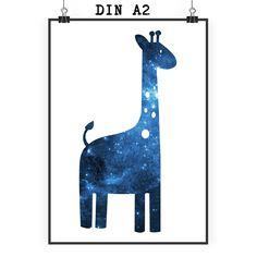 Poster DIN A2 Giraffe aus Papier 160 Gramm  weiß - Das Original von Mr. & Mrs. Panda.  Jedes wunderschöne Poster aus dem Hause Mr. & Mrs. Panda ist mit Liebe handgezeichnet und entworfen. Wir liefern es sicher und schnell im Format DIN A2 zu dir nach Hause.    Über unser Motiv Giraffe  Rekord: Giraffen sind die höchsten landlebenden Tiere der Welt. Männchen können bis zu 6 Meter hoch werden. Giraffen leben in Freiheit in der afrikanischen Savanne, in Gefangenschaft kann man sie im Zoo…