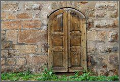 Zwei alte Türen mit rostigen Details 1