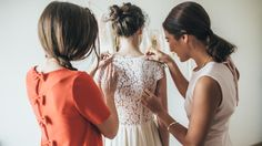 La créatrice Charlotte Auzou vous propose de créer votre robe qui sera confectionnée spécialement pour vous et adaptée à votre morphologie.