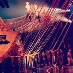 J étais au nouveau spectacle du cirque du soleil hier soir Volta et c était magique : des costumes sublimes un son parfaitement choisi un spectacle plein de poésie. On est tous ressortis des étoiles pleins les yeux !