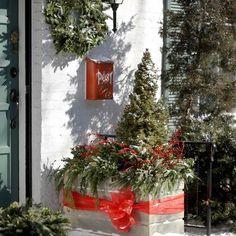 weihnachtsdekoration draußen - rote schleife