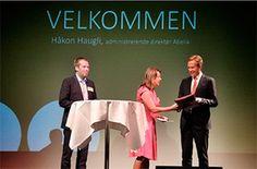 Næringspolitisk direktør i Abelia, Hilde Widerøe Wibe, overleverer Abelias omstillingspakke til utenriksminister Børge Brende. Etter åpningen av Abelias årskonferanse dro Brende direkte videre til regjeringskonferanse.