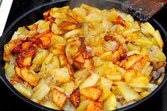 Все любят жареный картофель, причём даже те, кто считает это блюдо вредным. Но хоть иногда можно побаловать себя вкусной румяной картошечкой? Есть несколько правил, которые помогут вам приготовить вкусный, поджаристый картофель. Правило №1 Картофель после очистки и нарезки обязательно надо замочить в холодной воде. Вода должна быть холодной для того, чтобы вытянуть из корнеплода крахмал. Если вода будет горячей или