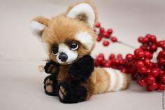 Купить или заказать Красная панда Луи в интернет-магазине на Ярмарке Мастеров. Пандочка в резерве для Анны. Луи - красная пандочка. Его ростик- 24 см. Сшит вручную по всем правилам тедди из немецкого плюша. Хвостик состоит из 8 деталей, и 4 видов меха. Очень мне хотелось сделать его повыразительней! :) Ведь в красное панде что главное - хвост!