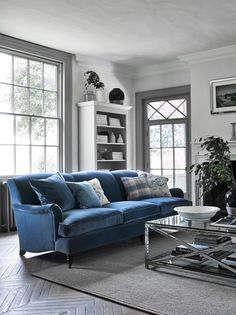 How To Quickly And Easily Create A Living Room Furniture Layout? Country Sofas, Blue Living Room, Cosy Living Room, Living Room Furniture Layout, Blue Sofas Living Room, Lounge Decor, Country Living Room, Modern Furniture Living Room, Living Room Grey