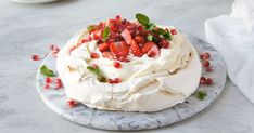 A simple, no-fuss pavlova. 2 Egg Throw everything in a bowl and mix. Aussie Food, Australian Food, Aussie Bbq, Australian Recipes, Strawberry Pavlova, Anna Pavlova, Fairy Bread, Banoffee, Deserts