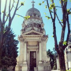 La casa editrice Feltrinelli nasce a Milano nel 1954. Il suo fondatore Giangiacomo (1926-1972), è sepolto nell'edicola di famiglia commissionata dal nonno nel 1912.