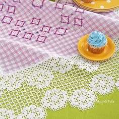 tessuto, cotone e schema per fare la tovaglietta a punto suisse con bordo a uncinetto filet Crochet Tablecloth, Crochet Doilies, Crochet Lace, Filet Crochet, Picnic Blanket, Outdoor Blanket, Crochet Projects, Diy And Crafts, Pattern