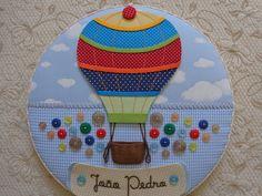 Este lindo quadro maternidade super gracioso confeccionado com técnica de cartonagem em tecido que imita nuvem e xadrez azul e branco. Nome em transfer, acompanha um balão super estiloso e muito colorido, além de charmosos botões!!!!    Gostou???? Caso não seja o nome do seu bebê, não se preocupe...