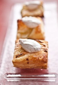 Quick puff pastry with apple and lightly sweetened cinnamon whipped cream