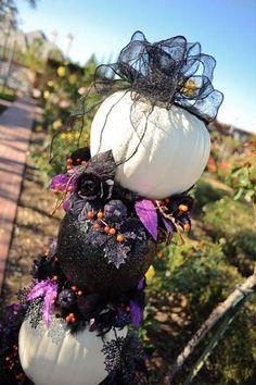 Chic pumpkin decor for a Halloween wedding, Halloween wedding inspiration www.dreamyweddingideas.com