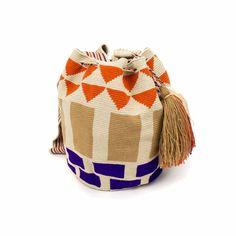 Elbolso Guanábananos invita a viajar con cada colección. Este bolso ha sidocreadoa mano en crochet por los artesanos del pueblo Wayuu en Colombia. Acabado con dos pompones, y una medallita en bronce con nuestro nombre de marca y las palabras BE POSITIVE.