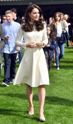 <strong>13 de maio de 2017</strong><span> - A Família Real promoveu uma tarde de chá no Palácio de Buckingham para honrar as crianças de pessoas que faleceram enquanto serviam as forças armadas. A duquesa elegeu um vestido creme </span><strong>Chloe </strong><span>para o evento e arrematou a produção com acessórios no mesmo tom e brincos de pérola.</span>