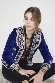 Chaqueta bordada ♥️ Folk Fashion, Ethnic Fashion, Girl Fashion, Womens Fashion, Fashion Corner, Mode Boho, Classy Outfits, Bohemian Style, Blazers