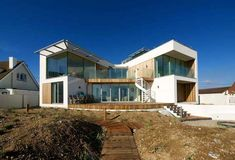 This modern beach house in East Sussex is an astonishing dream home caught between intriguing surroundings. Built not far away from the inviting beach, the