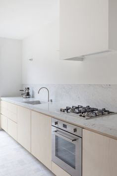 Love this light and minimal kitchen. 'House VV' in Antwerp by Rolies + Dubois. Studio Kitchen, Kitchen Dining, Kitchen Decor, Kitchen Styling, Dining Rooms, Small Space Interior Design, Interior Design Kitchen, Kitchen Hoods, Kitchen Cabinets
