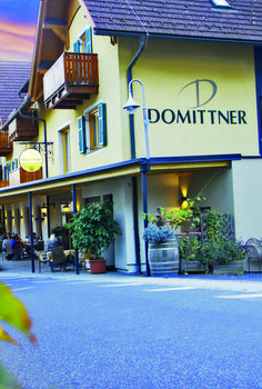 Bereits seit über 100 Jahren befindet sich der Klöcherhof in Besitz der Familie Domittner und die ganze Familie arbeitet Hand in Hand zusammen. #klöcherhof #domittner Hotels, Restaurant, Neon Signs, Wine Country, Playground, Tourism, Cordial, Vacation, Diner Restaurant