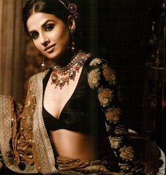 OMG: Vidya Balan in Indian Blouse / Choli in velvet with V-Neck sweetheart neckline and long sleeves, worn with Indian jewellery. Most probably styled by, with Sabyasachi. Bollywood Fashion From 'How to find the perfect neckline for your bodyshap. Sari Design, Sari Blouse Designs, Choli Designs, Blouse Patterns, Blouse Lehenga, Lehenga Choli, Sabyasachi, Saris, Velvet Saree