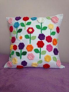 Almofada artesanal (tecido brim) com flores feitas em crochê Crochet Cushion Cover, Crochet Cushions, Crochet Pillow, Crochet Blanket Patterns, Crochet Motif, Crochet Flowers, Creative Embroidery, Hand Embroidery Designs, Yarn Crafts