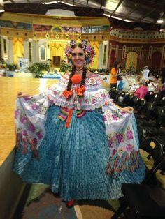 #Montuna santeña con lujoso reboso en el concurso nacional de la pollera