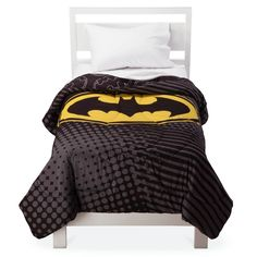 A beacon in the darkness: the bat-logo flashes across this kid-pleasing Batman Dark Knight Comforter - Twin. Soft and cushy, and a must-have for the Bat's biggest fan, the DC Comics kid comforter is made of polyester. Kids Twin Bedding Sets, Mens Bedding Sets, Kids Comforters, Queen Comforter Sets, Batman Dark, Batman The Dark Knight, Luxury Bedding Collections, Hipsters, Harry Styles