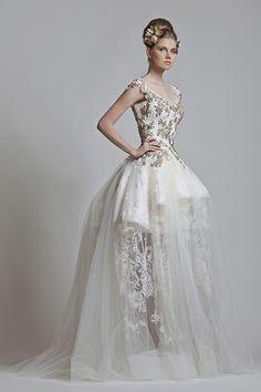 Atemberaubende White & Gold Wedding Gown - ein Schritt in Richtung Glamour Stunning Wedding Dresses, White Wedding Dresses, Beautiful Gowns, Bridal Collection, Dress Collection, Couture Collection, Bridal Gowns, Wedding Gowns, Gold Wedding