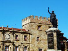 Estatua del Rey Pelayo / Statue of King Pelayo     Esta escultura es la más emblemática de Gijón; está dedicada a Don Pelayo, el primer rey astur, y fue realizada en 1.891 por el escultor gijonés José Mª López.     It is situated at Marqués square in Gijon and is an emblem of the town of Gijon.     © Enjoy Asturias  http://www.facebook.com/EnjoyAsturias