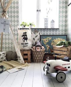 Förvara leksakerna i träbackar och plocka in loppisprylar i barnrummet för en härlig vintagestil! 💫 #familylivingfint --> @haimbeiuss
