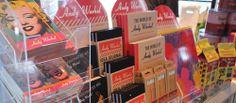 Andy Warholin muistikirjoja, kyniä ja palapelejä. Tuotteet ovat myynnissä Särkänniemen Tornipuodissa Näsinneulan juuressa. / Lot´s of groovy Andy Warhol products. Buy your own at Särkänniemi Tornipuoti.