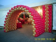 pink and gold balloon arch Balloon Gate, Love Balloon, Balloon Columns, Red Balloon, Balloon Ideas, Baloon Art, Ballon Decorations, Balloon Display, Gold Balloons
