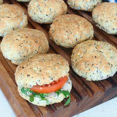 Snabbgjorda bakpulverbröd som inte behöver jäsa. Fröna ger dem extra goda och nyttiga.