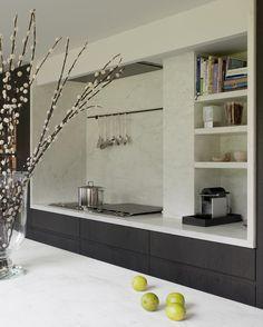 Nis naast kookplaat voor koffiemachine Onderkasten zwart (hout), blad ook nog zwart (ivm kookplaat) en dan de nis erboven wit... Nice!