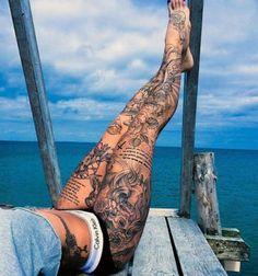 tatuaże damskie na nogach