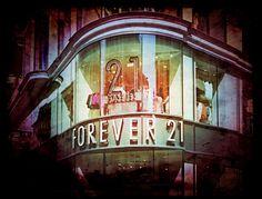 """Wenn sich ein Modeladen """"Forever 21″ nennt, dann steckt dahinter höchstwahrscheinlich nicht bloß ein Augenzwinkern, sondern eine Marketingstrategie, die sich mit den gegenwärtig vorherrschenden Sehnsüchten der Kundinnen auskennt: Die ewige Jugend …"""