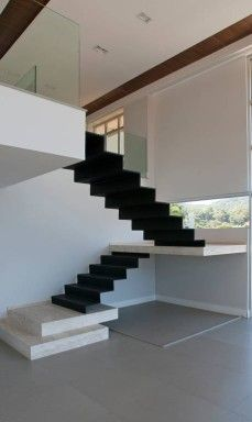 No projeto de Alexandre Magno, em Niterói, a escada é praticamente uma escultura, como o arquiteto mesmo gosta de dizer Foto: L; Concrete Staircase, Floating Staircase, Stair Handrail, Wooden Staircases, Staircase Design, Stairways, Staircase Storage, Interior Stairs, Interior Architecture