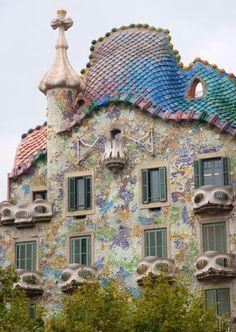 Josep Batlló quería que Gaudi rediseñe su casa y el resulto fue este maravilla. La renovación se acabó en 1906. En 2005 se nombró la Casa Batlló, Patrimonio de la Úmanidad, UNESCO