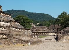https://flic.kr/p/CKsdmW | EL Tajin 105 |  El Tajín es una zona arqueológica precolombina cerca de la ciudad de Papantla, Veracruz, México. La ciudad de Tajín se cree que fue la capital del imperio Totonaca y llegó a su apogeo en la transición al Posclásico conocido también como Período Epiclásico mesoamericano, entre los años 800 y 1150, cuenta con varias Canchas de Pelota y basamentos piramidales. Wikipedia