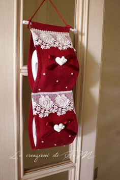 Como Fazer Porta Papel Higiênico: Passo a Passo + 55 Fotos Toilet Roll Holder Diy, Home Crafts, Diy And Crafts, Crochet Projects, Sewing Projects, Toilet Paper Crafts, Plastic Bag Holders, World Decor, Soft Furnishings
