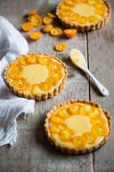 Deze heerlijke limoen curd taartjes met kumquats zijn perfect om jezelf te verwennen of straks voor een kerstdinertje.