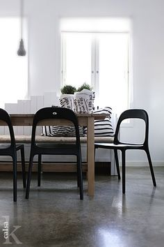 <3 this little space...contrasting colors with natural wood table....,