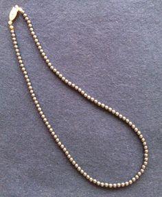 Sehr feines Collier aus Hämatit-Perlchen. Verschluß aus Messing. Getragen, aber in sehr gutem Zustand. Sofort tragbar. Durchmesser der Perlen: 4 mm Länge mit Verschluß: 45 cm.  _Wirkung von...