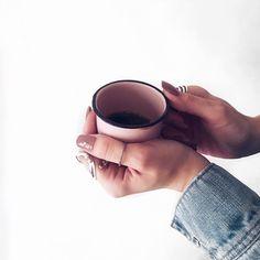 Coffee time! Xícara rosa quartz, unhas postiças kiss, mood ir The day, mood