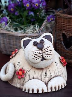 Discover thousands of images about Kočičanda Paper Mache Sculpture, Pottery Sculpture, Ceramic Animals, Ceramic Art, Beginner Pottery, Clay Cats, Clay Art Projects, Paper Mache Crafts, Clay Figurine