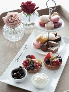 Dessert for brunch Afternoon Delight, Afternoon Tea Parties, Afternoon Tea Set, Tee Sandwiches, Snacks Für Party, Tea Snacks, Party Desserts, My Tea, Tea Recipes