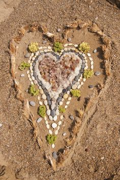 Use with large frame outside? Land art with natural loose materials - Fantasifantasten ≈≈ Land Art, Beach Crafts, Autumn Art, Crystal Grid, Elements Of Art, Environmental Art, Love Symbols, Nature Crafts, Outdoor Art